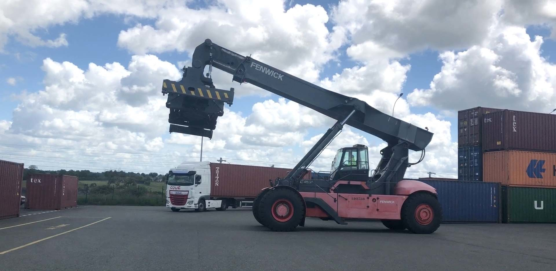 Reach Stacker Engin de manutention de containers TCM Transports Coué